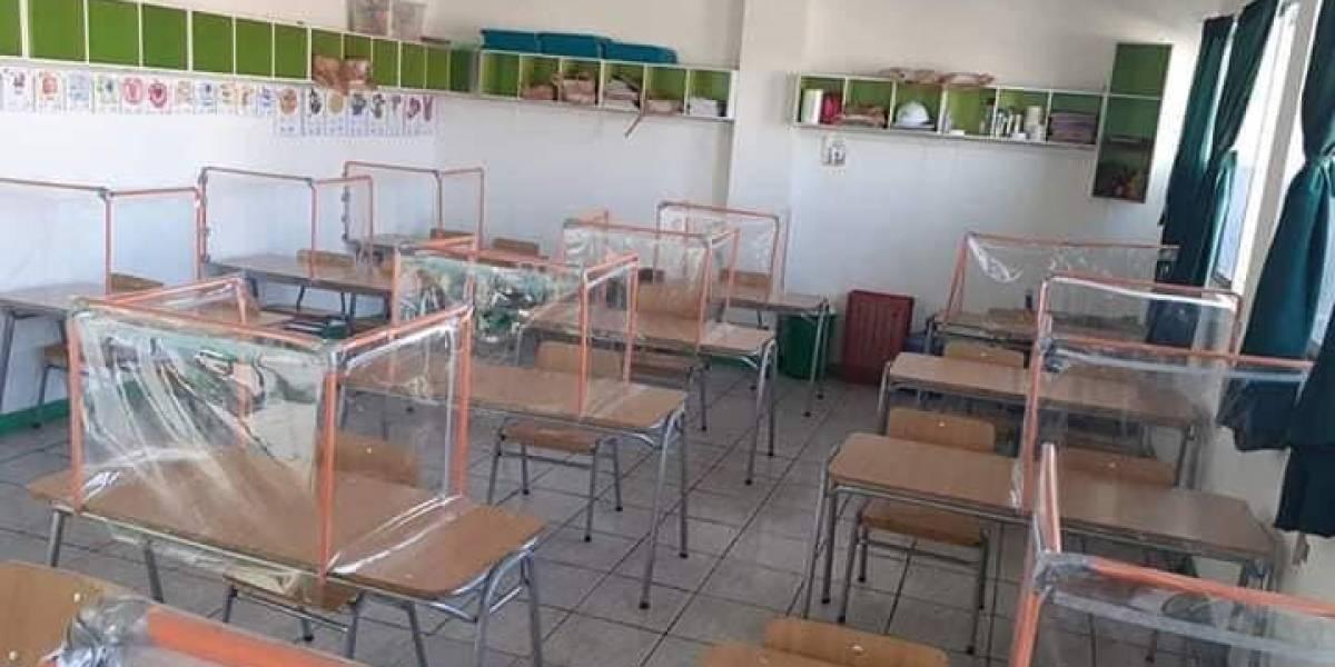 Fue un fracaso: colegio instala mesas con láminas de plástico para el regreso a clases