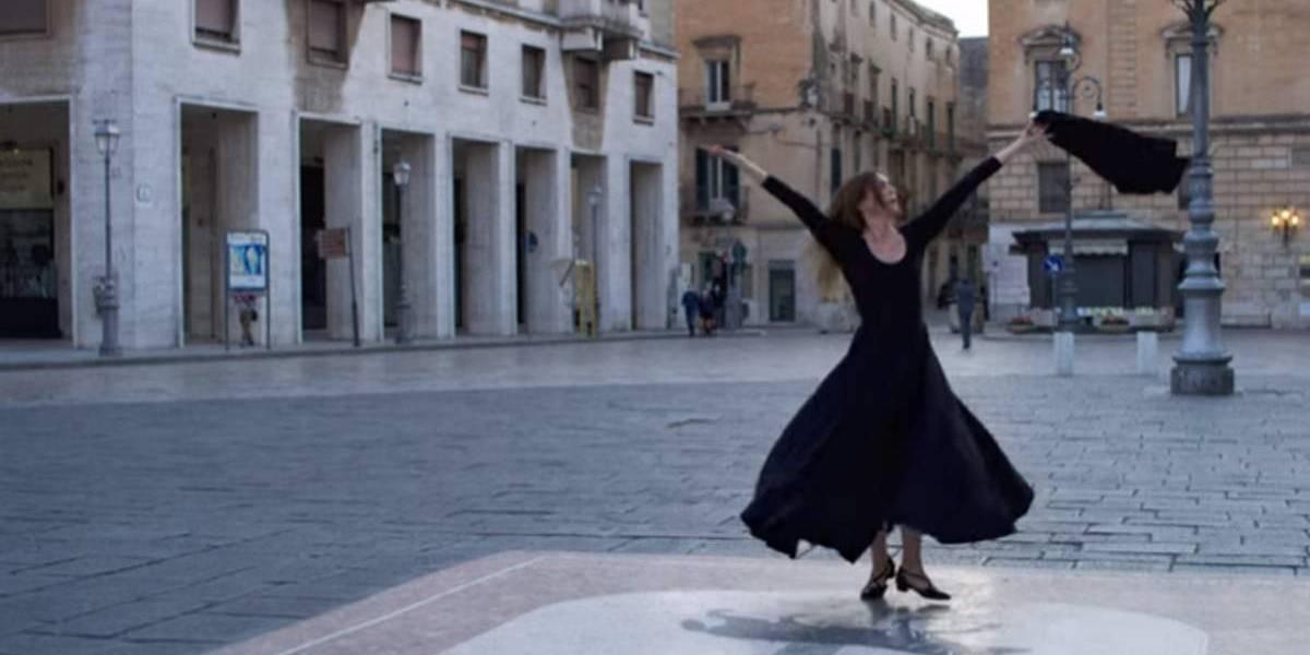 Vídeo de mulher que fez dança para 'exorcizar' coronavírus faz sucesso nas redes sociais