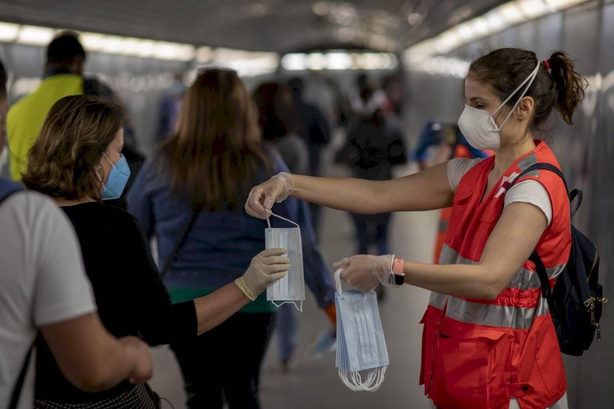 Otorgan una mascarilla en España como medida de protección
