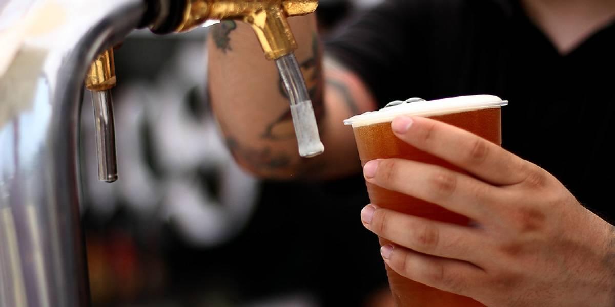 Peculiar medida para evitar la quiebra de bares: toma una cerveza por el precio de dos