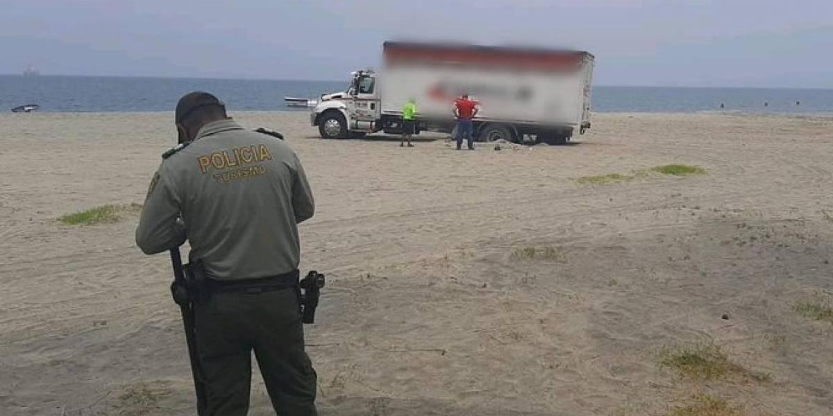 Conductor atascó enorme camión por tomarse una selfie en una playa solitaria