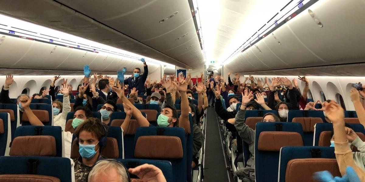 Se pasaron: chilenos que vienen de vuelta desde el sudeste asiático exigieron comida vegana en el avión y rayaron hotel
