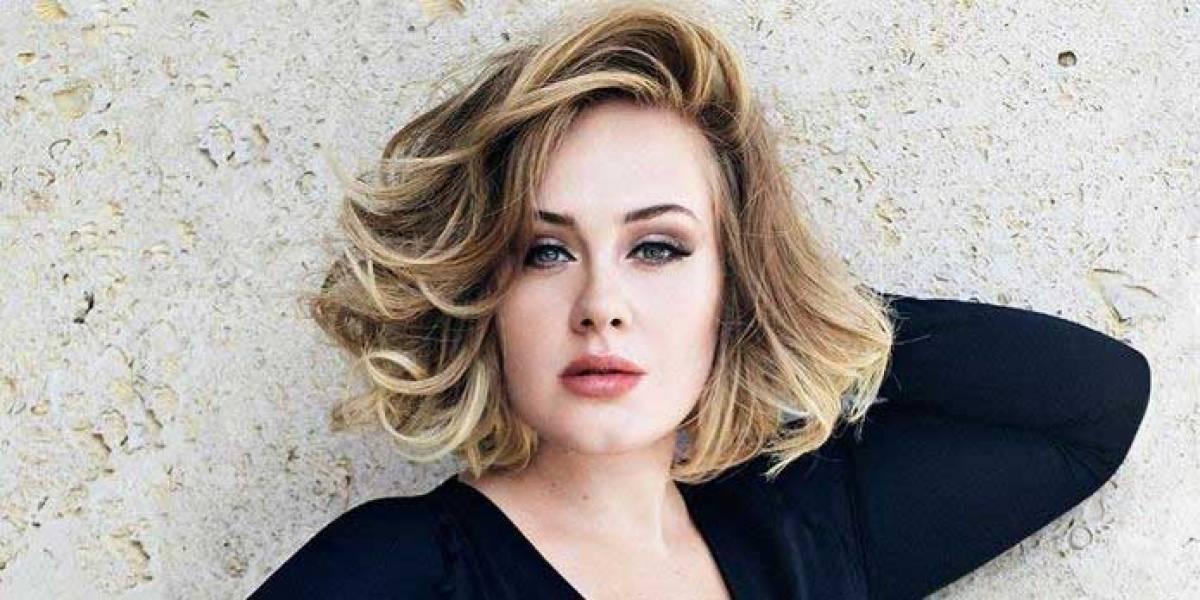 Adele impacta con un vestido negro de malla y transparencias que resalta sus curvas