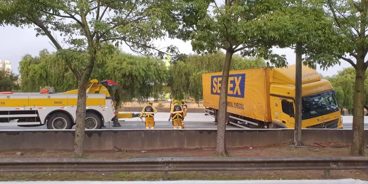 Caminhões tombam e complicam caminhos nas marginais Tietê e Pinheiros