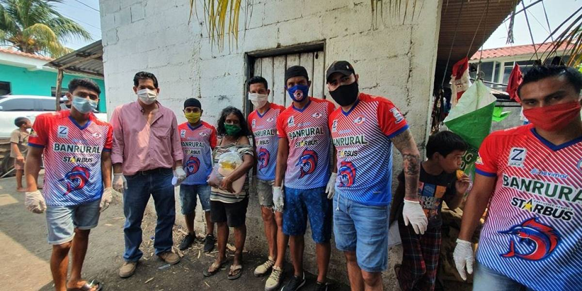 Jugadores de Iztapa donan víveres a personas de escasos recursos