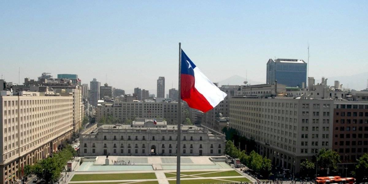 Fitch rebaja calificación de Chile como consecuencia de la pandemia y del estallido social