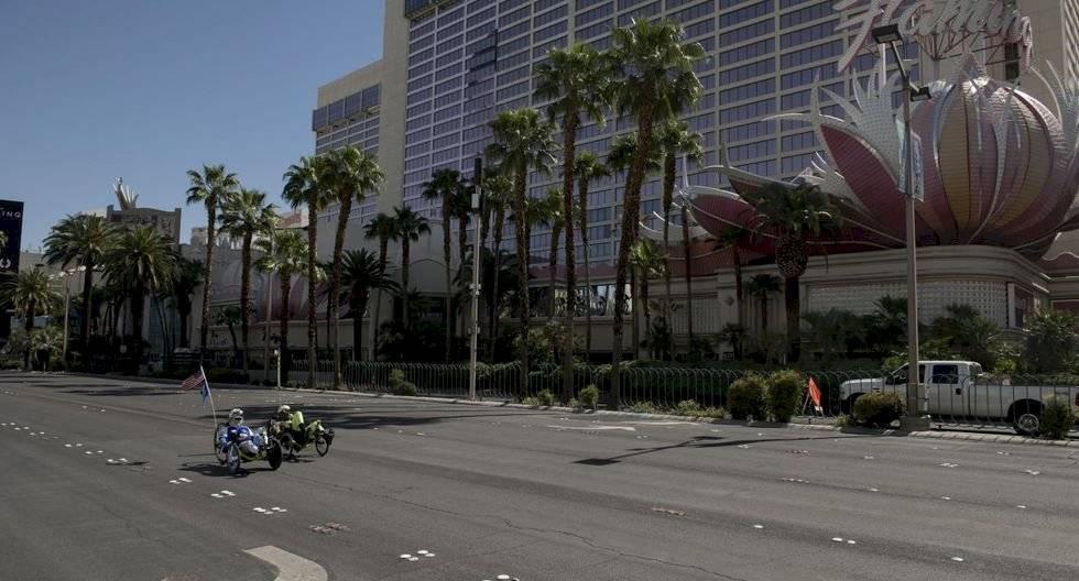 Los ciclistas recorren una reconocida zona de Las Vegas en medio de la pandemia del coronavirus. (Bridget BENNETT / AFP).