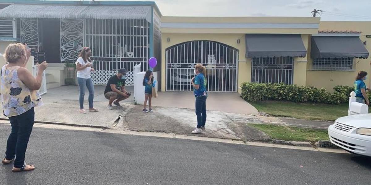 Sorprenden a niños con desfile de carros para celebrar graduación