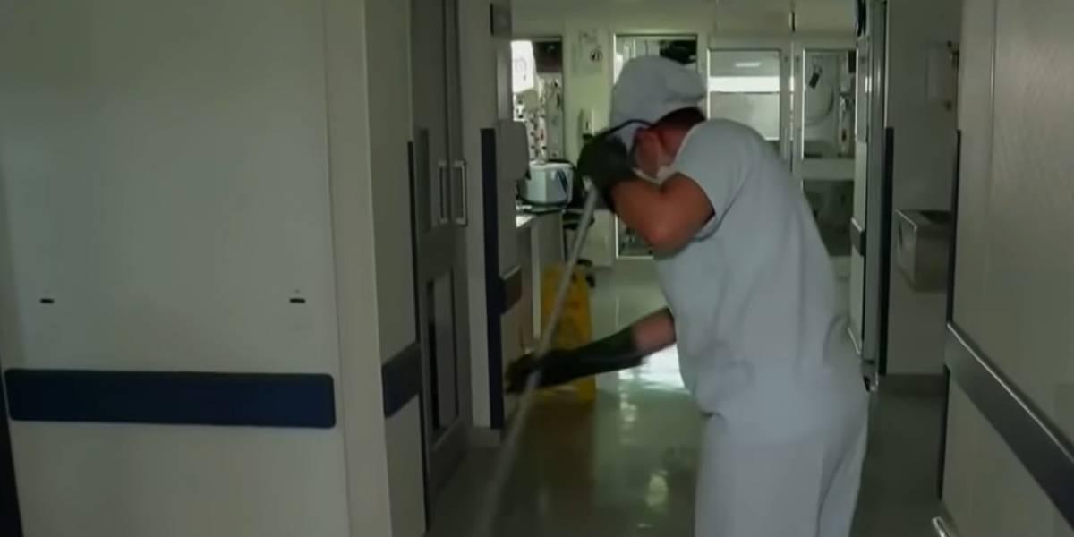 Mujer que limpia Unidades de Cuidados Intensivos recibió sentido homenaje