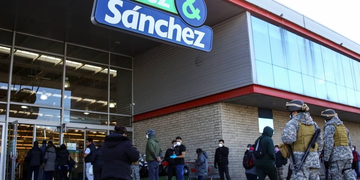 Largas filas y un contagiado sorprendido en primer día tras levantamiento de cuarentena en Punta Arenas