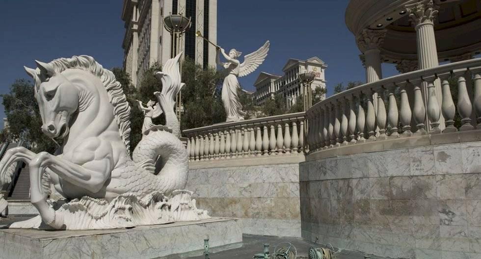 Fuentes drenan fuera del hotel Caesar's Palace el 8 de mayo de 2020 en Las Vegas, Nevada. (Bridget BENNETT / AFP).