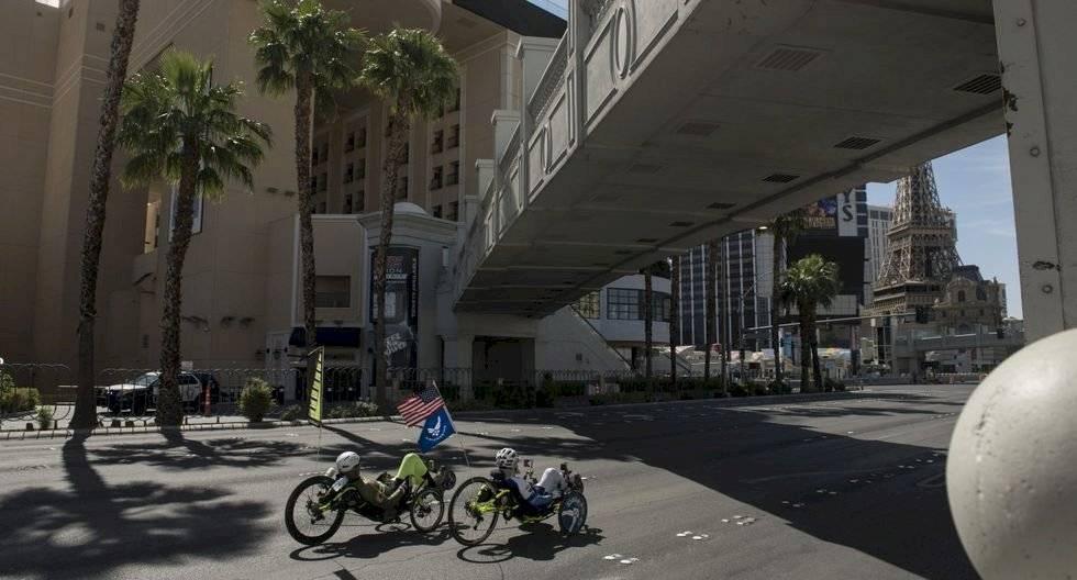 Los ciclistas son vistos recorriendo Las Vegas en medio de la pandemia del coronavirus el 8 de mayo de 2020. (Bridget BENNETT / AFP).