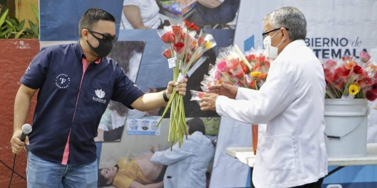 Obsequian gerberas a médicos y enfermeras que están atendiendo pacientes de Covid-19
