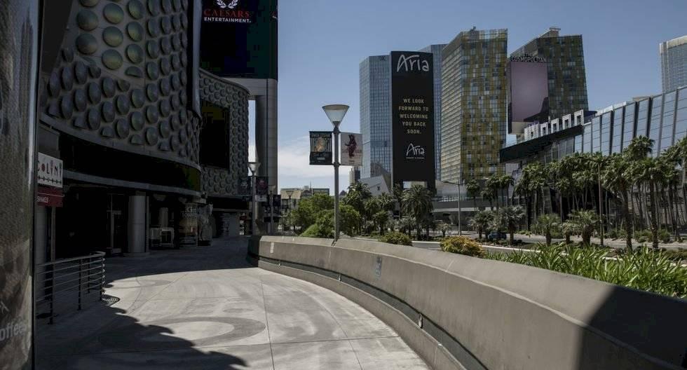 La multitud bulliciosa de juerguistas borrachos, mesas de póker abarrotadas e insistentes promotores de clubes nocturnos parecen ser recuerdos lejanos en el Strip (Franja) de Las Vegas, donde se concentran los conocidos hoteles y casinos, y que hoy se asemeja más a un pueblo fantasma. (Bridget BENNETT / AFP).