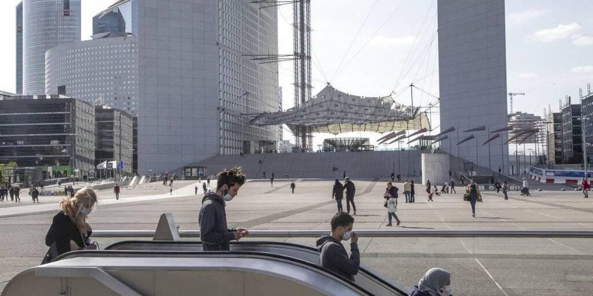 París despierta lentamente al relajarse medidas por el coronavirus