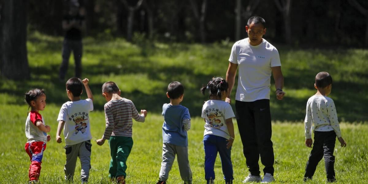 Experto de la OMS advierte países reabren economías a ciegas