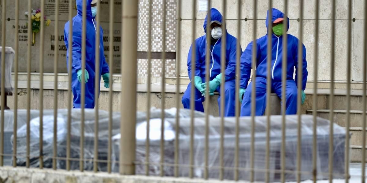 100 personas buscan cuerpos de sus familiares en Guayaquil