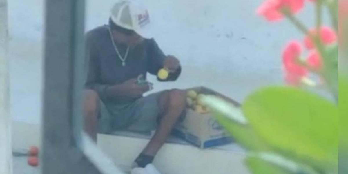 Con el tapaboca que usa limpia los mangos que vende y hasta lustra sus zapatos