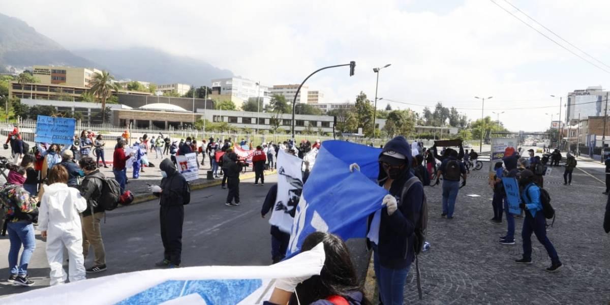 Plantones en contra de recortes de presupuestos a las universidades públicas en Ecuador