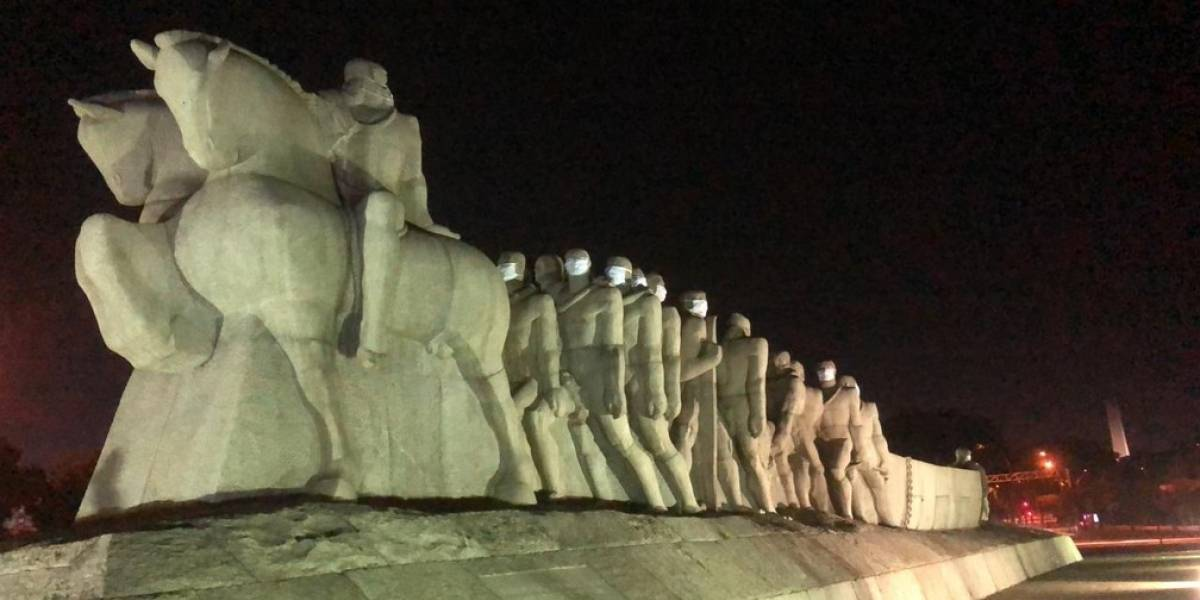 Ação coloca máscaras em monumentos da capital paulista