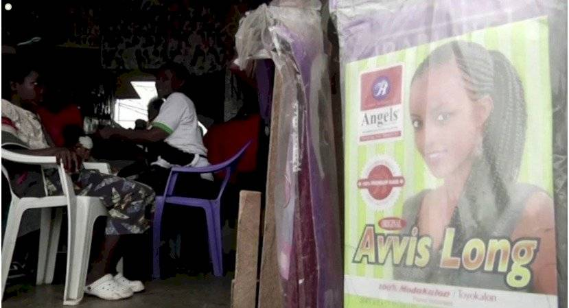 El coronavirus revive un estilo de peinado en África Captura de Pantalla