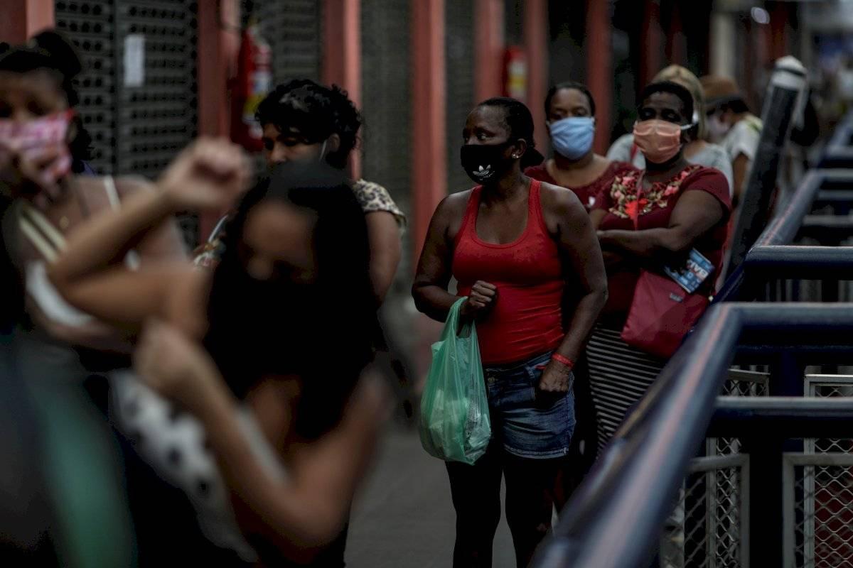 """Personas hacen fila para comprar lotería este martes, en el Mercadao de Madureira"""", principal comercio de Madureira, zona norte de la ciudad de Río de Janeiro"""