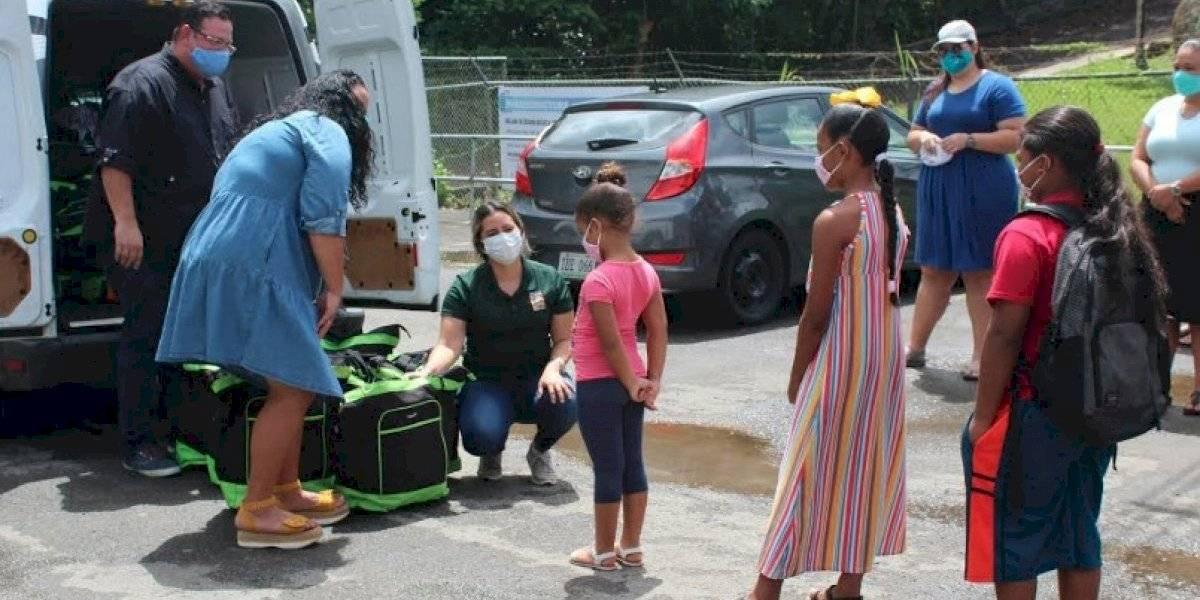 Entregan mochilas de alimentos a niños en Luquillo
