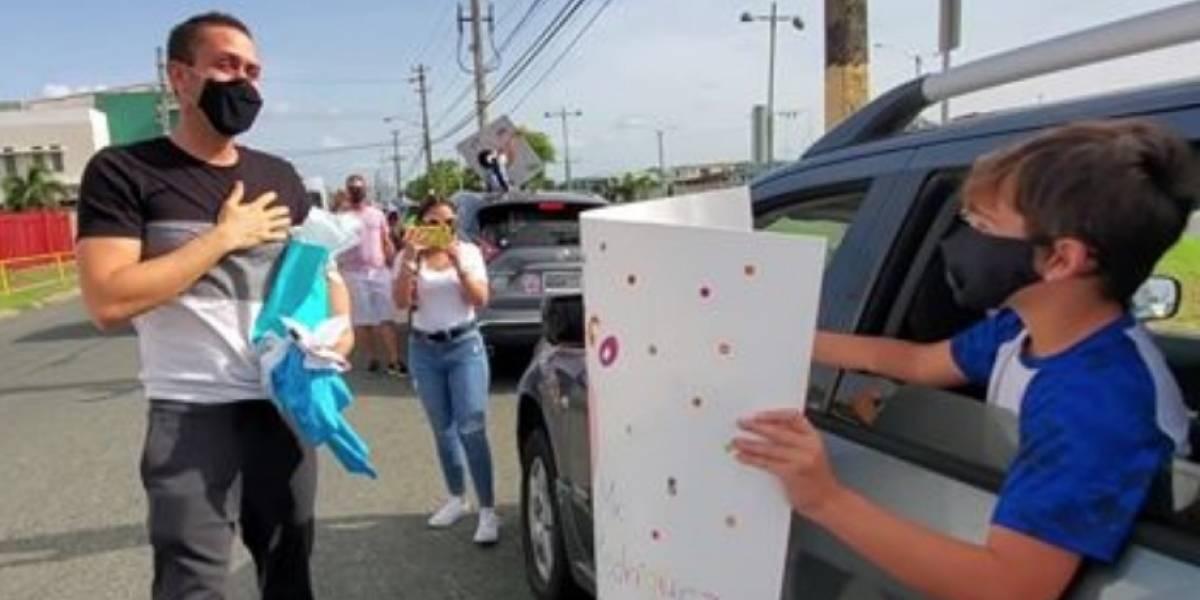 Niños sorprenden al maestro que visitó a sus estudiantes en medio de la pandemia