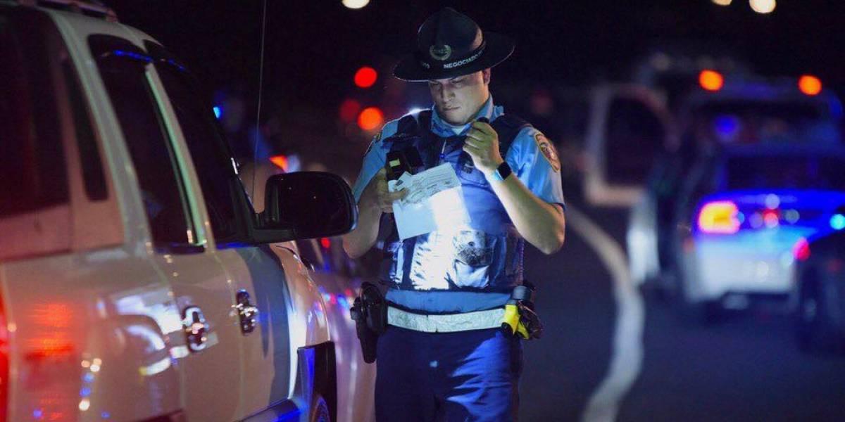 Chocó frente a un motel y la policía descubrió que el vehículo era robado