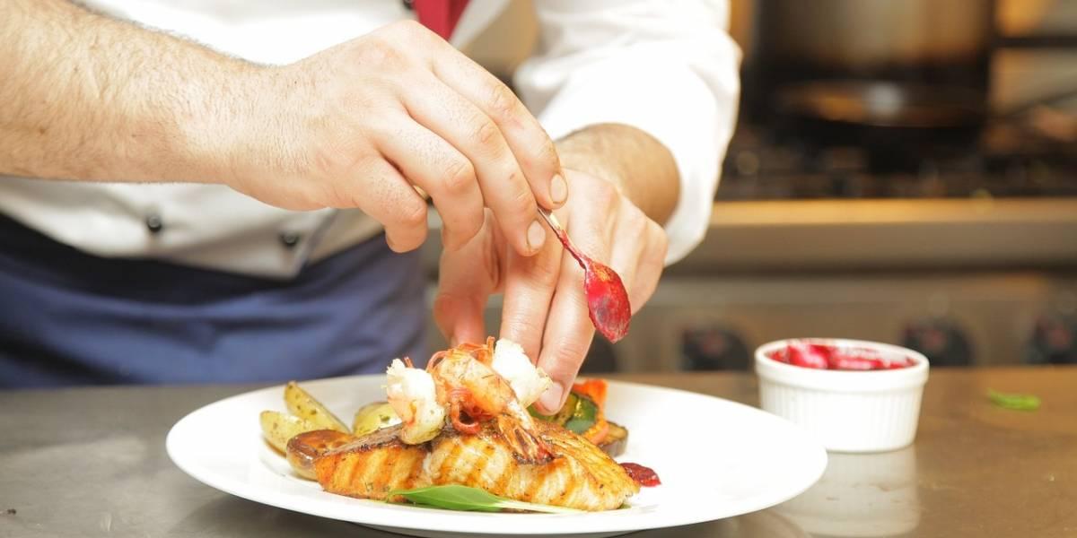Youtuber viraliza a chef que escupe en la comida y cocina sin mascarilla