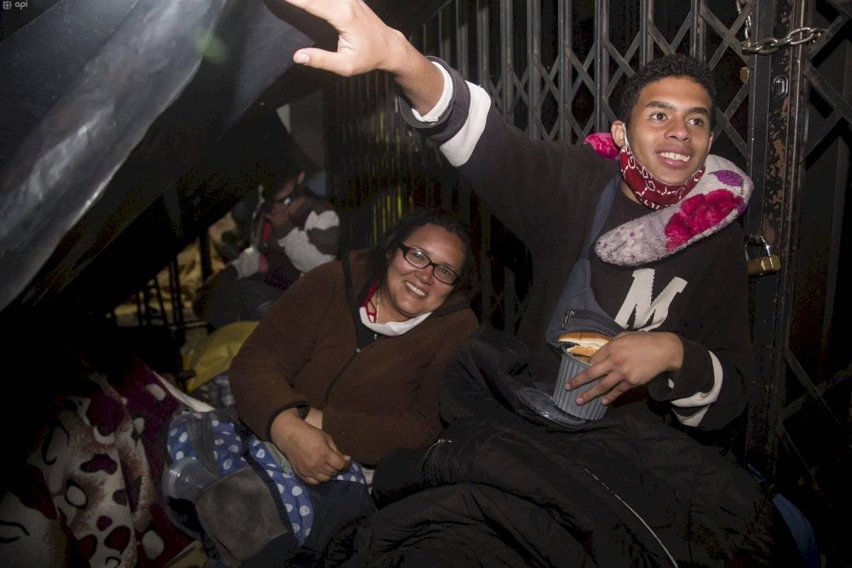 Venezolanos en Quito duermen en las afueras de su embajada esperando ayuda API