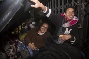 Venezolanos en Quito duermen en las afueras de su embajada esperando ayuda