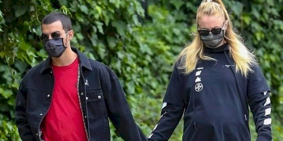 Se confirman los rumores: Sophie Turner exhibe su embarazo en paseo con Joe Jonas