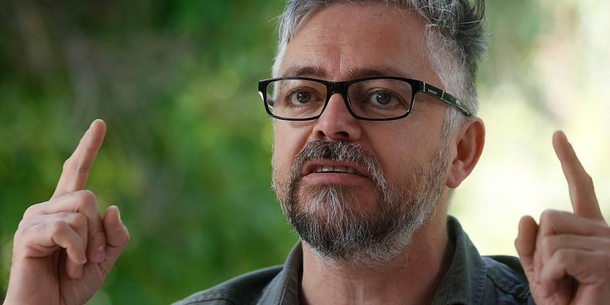 Jorge Baradit rechaza invitación de participar gratis en feria del libro de universidad