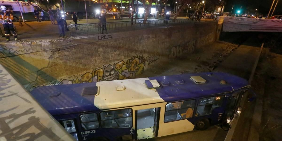 Bus del Transantiago cae al lecho del río Mapocho y hay tres lesionados