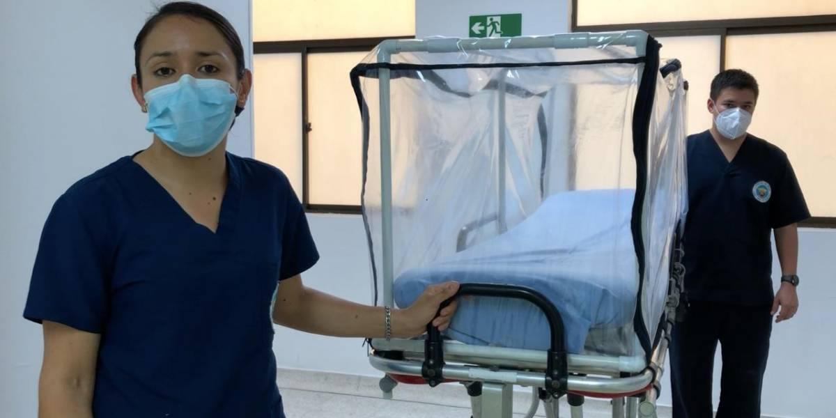 Militares crean camas portátiles para aislar a pacientes con dificultades respiratorias