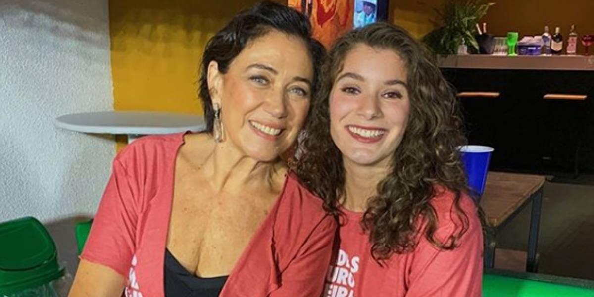 Filha de Lilia Cabral vai tirar dúvidas de literatura para alunos da rede pública