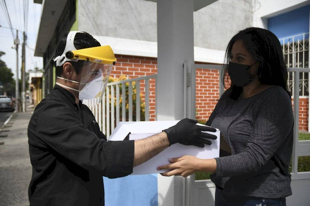 "Repostero guatemalteco elabora pasteles con forma de ""coronavirus"""