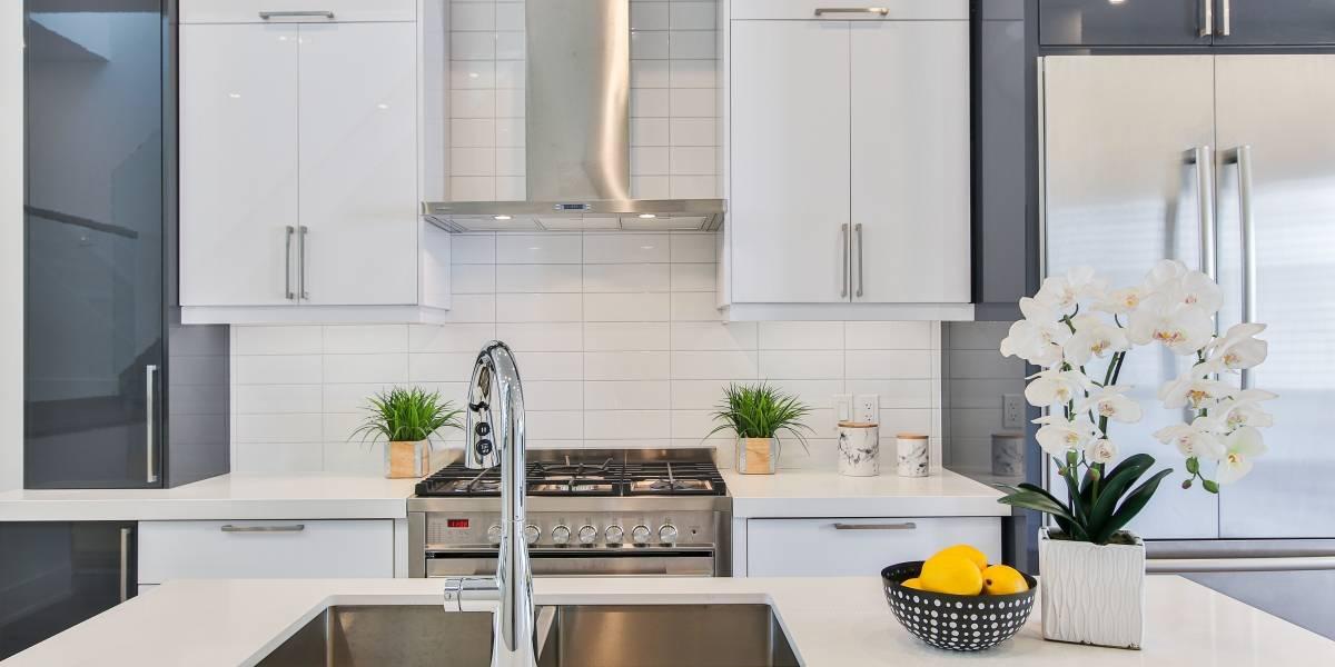 Duas ideias econômicas para reformar a pia velha da cozinha sem obras
