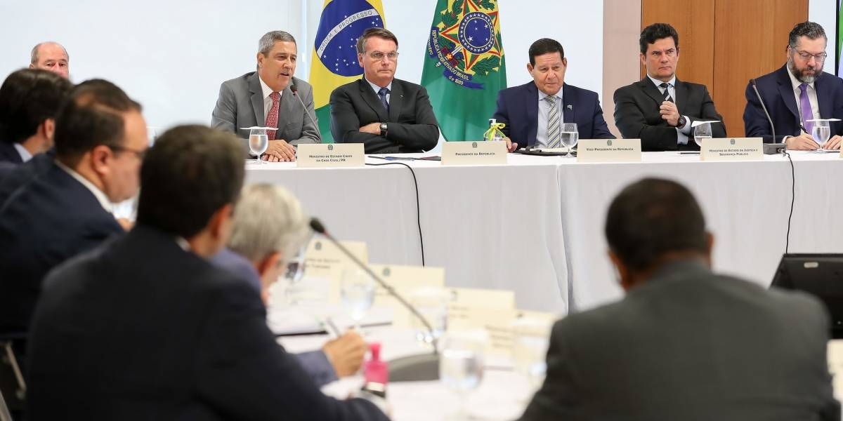AGU divulga diálogo de Bolsonaro com ministros: 'Não vou esperar f. minha família'