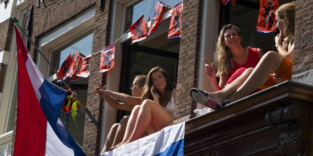 Holanda recomienda a solteras y solteros tener un compañero sexual fijo en la cuarentena