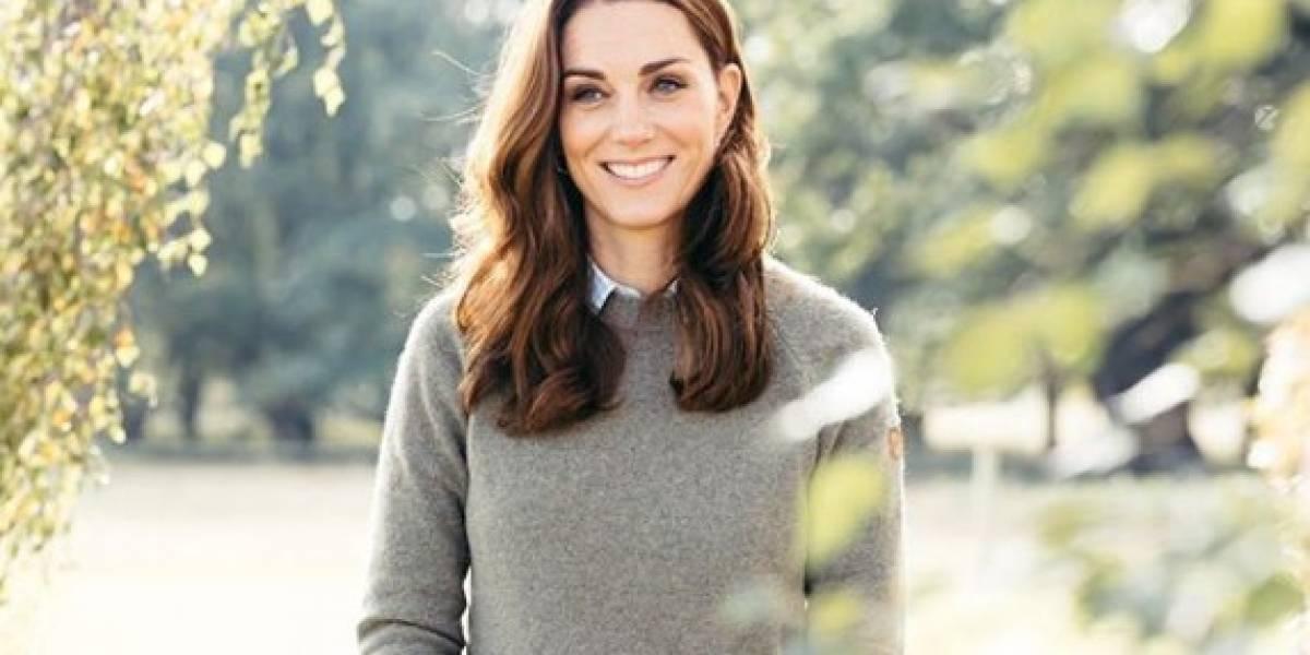 Kate Middleton fascina en blazer rojo con botones dorados y leggings de cuero