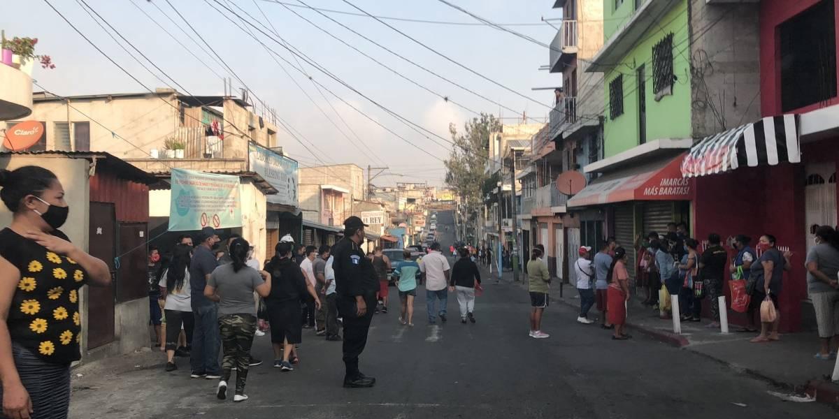 Guatemaltecos se aglomeran en tiendas y abarroterías por toque de queda prolongado