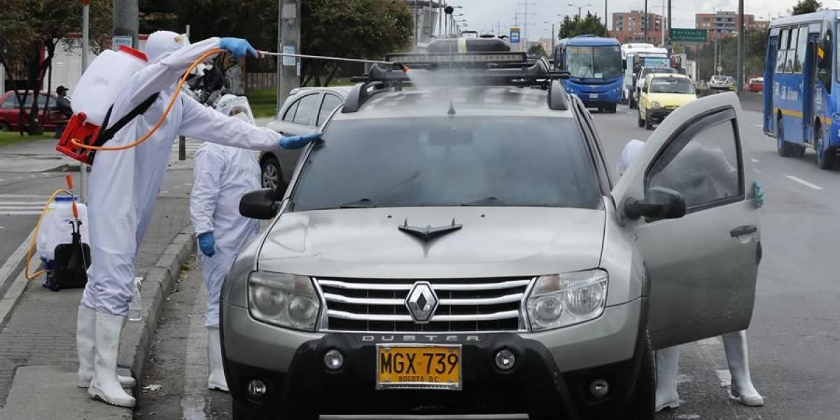Los ciudadanos que desinfectan vehículos en semáforos de Bogotá