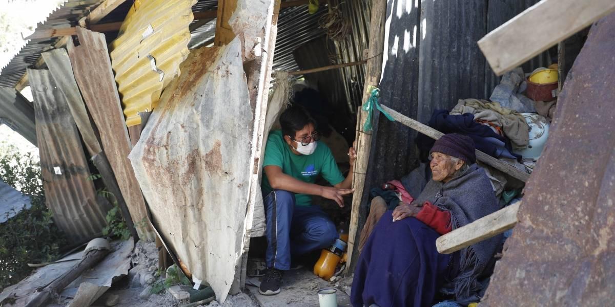 Bolivianos adoptan abuelitos para asistirlos en cuarentena