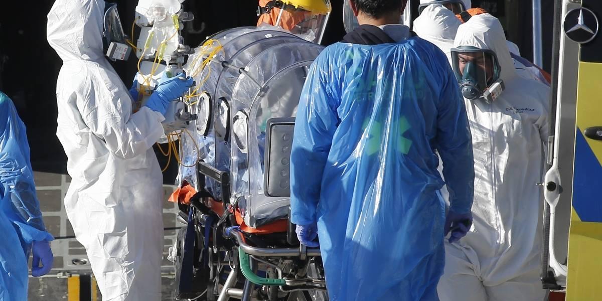 En un avión Hércules y hacia el sur: Mañalich supervisa en el aeropuerto un nuevo traslado de pacientes
