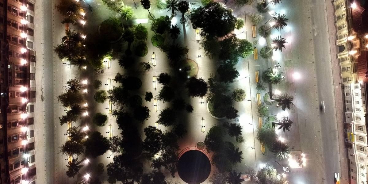 Hermosa y vacía: Así luce de noche la Plaza de Armas de Santiago en cuarentena