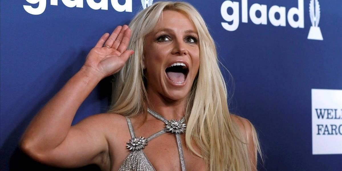 """Britney Spears posa en traje de baño y fans le piden que """"deje de sumir la panza"""""""