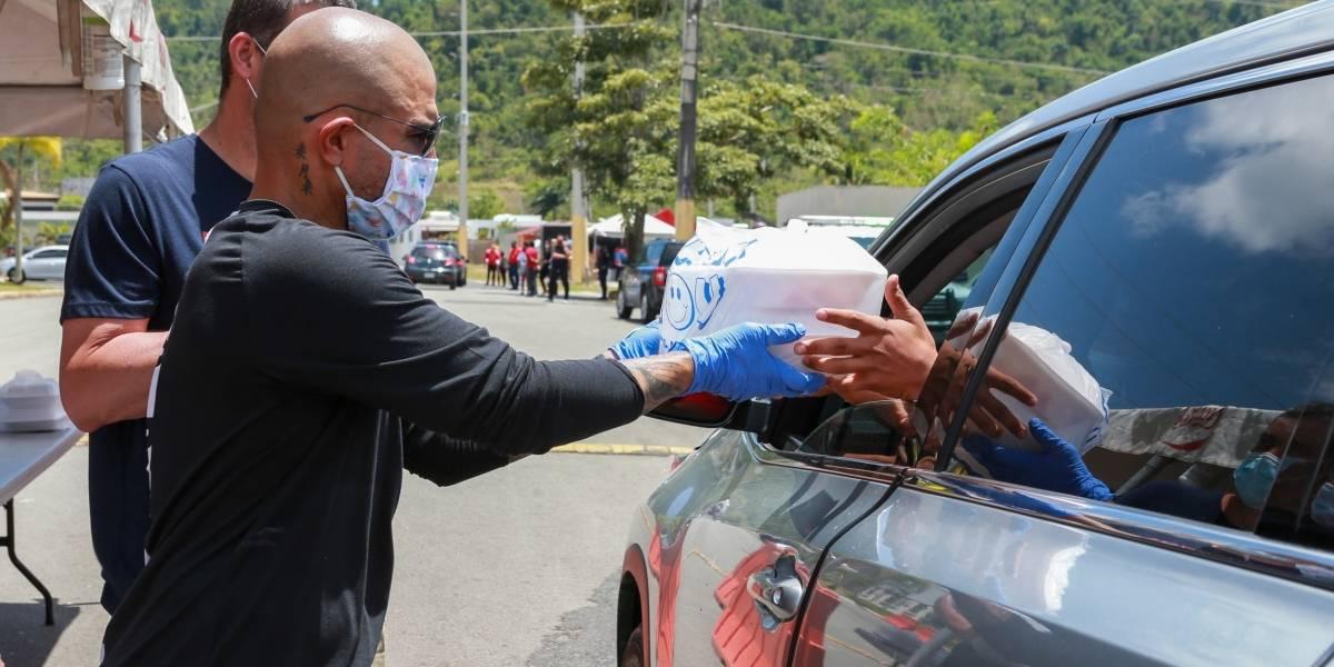 Miguel Cotto entrega alimentos calientes a familias en Caguas