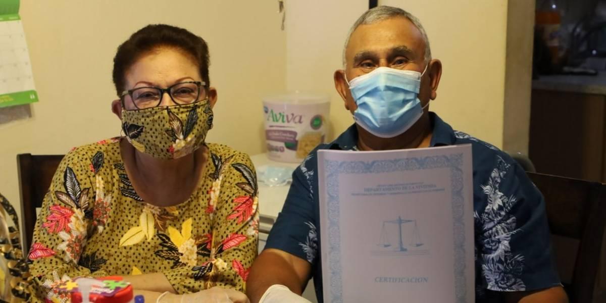 Familia recibe título de propiedad tras más de 50 años viviendo en su residencia